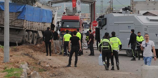 Freni boşalan tır, polis noktasına daldı: 2 Yaralı